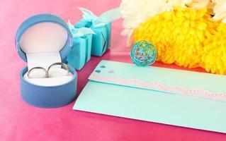 invitations de mariage sur close-up de table décorée
