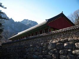 Temple de Sinheungsa dans le parc national de Sokcho Seorak photo