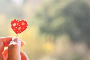 tenant le coeur