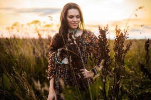 femme boho dans le champ