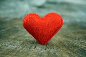 coeur rouge sur fond de bois photo