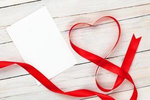 ruban rouge en forme de coeur saint valentin et carte de voeux vierge photo