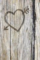 amour coeur et flèche graffiti sculpté dans le bois photo