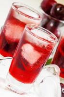 boisson glacée rouge avec de la glace en forme de coeur