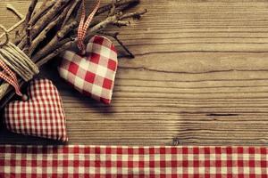 Coeurs textiles sur brindille - fond d'harmonie photo