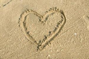 fond de plage avec dessin de coeurs photo