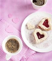 Sandwich en forme de coeur avec de la confiture de fraises sur une assiette