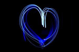 light painting d'un coeur d'amour bleu photo