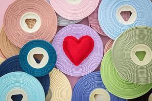 symbole de coeur Saint Valentin amour rouge sur rouleaux de ruban photo