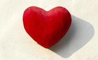 coeur de pierre rouge sur le mur photo