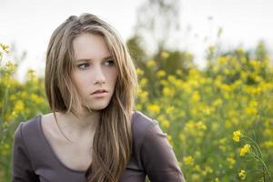portrait en plein air de belle jeune fille, regard expressif