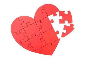 coeur de puzzle rouge isolé sur blanc