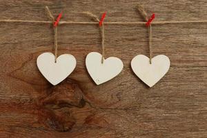 amour blanc coeurs de la Saint-Valentin suspendus fond de texture en bois photo