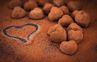 truffes au chocolat en forme de coeur photo