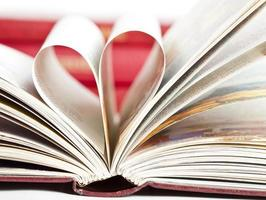 pages de livre en forme de coeur photo