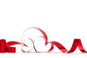 noeud de ruban coeur rouge photo