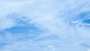 beaux nuages blancs et ciel bleu