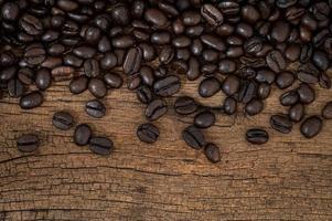 grains de café sur la table en bois