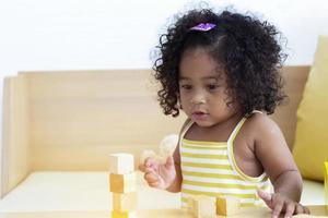 Portraits bébé fille s'amusant avec le concept de jouets d'apprentissage et de développement de l'enfant photo