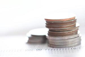 mise au point sélective des pièces de monnaie thaïlandaises photo
