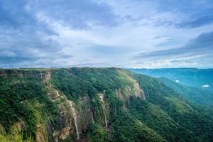 falaises avec cascades dans les montagnes
