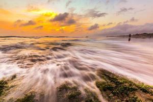 eau lavant les rochers photo