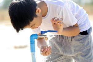 robinet d'eau sur la terre ferme photo