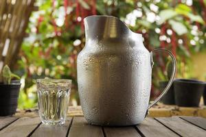 pichet d'eau en verre et en métal