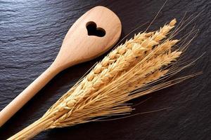cuillère de cuisine et oreilles de céréales photo