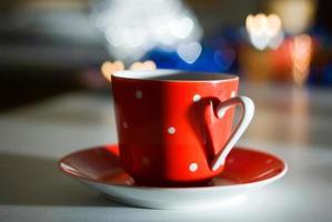 tasse rouge avec un coeur
