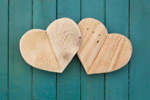 Love valentines coeurs en bois sur fond peint turquoise photo