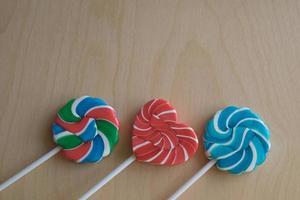 trois sucettes en sucre colorées photo