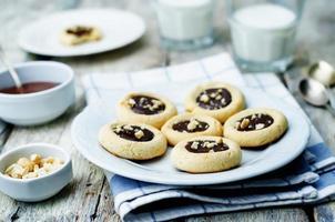 biscuits au beurre de noix de cajou avec noix de cajou et glaçage au chocolat photo