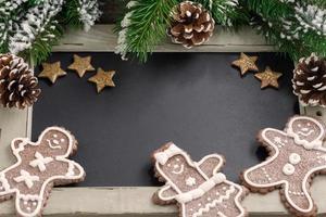 concept de Noël. tableau noir pour texte et bonhomme en pain d'épice