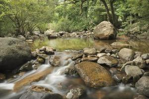eau qui coule à travers les rochers