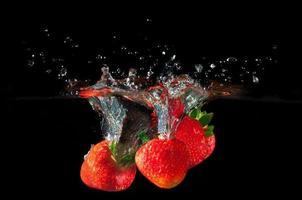 fraises éclaboussant dans l'eau
