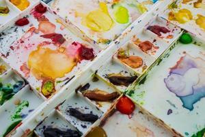aquarelles dans une palette de blancs photo