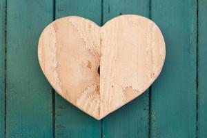 Amour coeur en bois de la Saint-Valentin sur fond peint turquoise photo