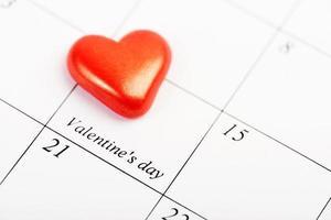 page de calendrier avec le coeur rouge le 14 février photo
