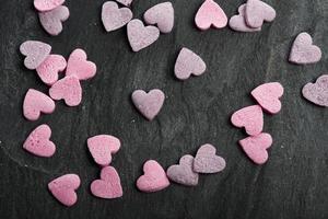 délicieux biscuits en forme de coeur faits à la main photo
