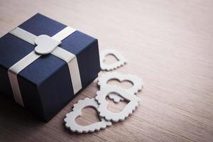 boîte cadeau avec coeurs blancs photo
