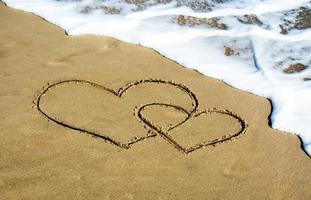 deux coeurs sur la plage