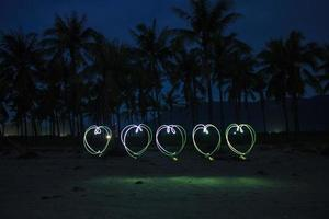 coeurs peints sur la plage photo