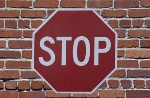 panneau d'arrêt contre le mur de briques photo