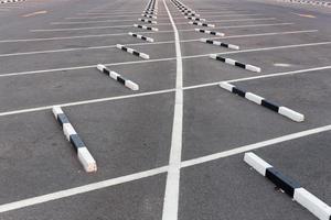 lignes blanches / parking vide photo