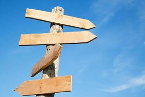 signes de forme de flèche en bois vierge photo