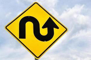 panneau d'avertissement de route sinueuse