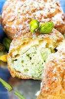 dessert à la pistache à la crème de pistaches. profiteroles avec pista