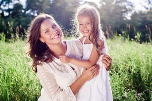 famille heureuse. mère et fille. fête des mères
