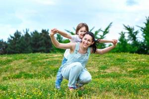 mère aimante roule sur le dos d'un petit fils en photo